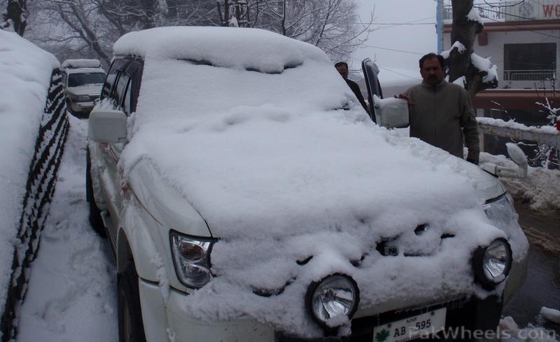Kalar kahar off-roaders enjoying snow in murree - 356491