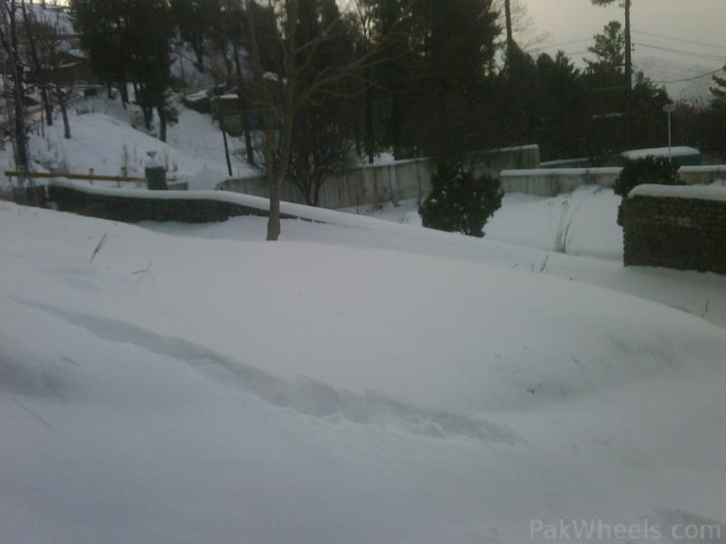 Kalar kahar off-roaders enjoying snow in murree - 358896
